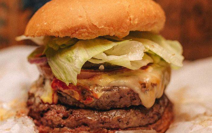 Burger joint celebra um ano em solo carioca com ação para os clientes