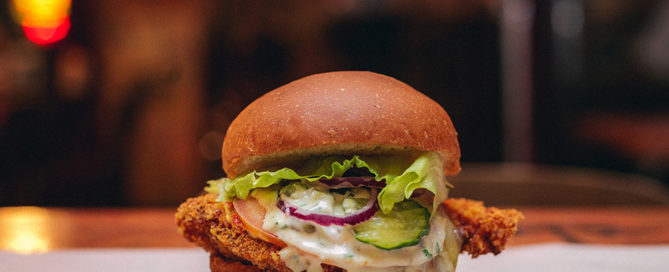Burger joint new york apresenta novo sanduíche com frango